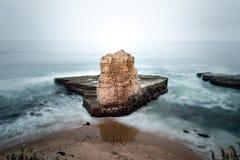 Den fyra mil stranden har havsklippor, och havet staplar som är härligt Royaltyfri Fotografi