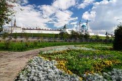 Den fyrkantiga rabatten framme av den Kazan Kreml arkivfoton