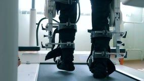 Den fysiskt utmanade personen försöker att gå med hjälpen av en special simulator lager videofilmer