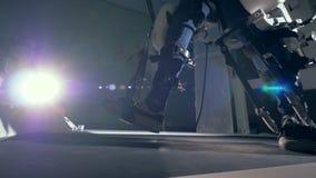 Den fysiskt utmanade personen går med hjälpen av en spårsimulator innovativt robotic cybernetic system för VR stock video