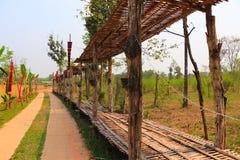 Den gå banan och bambuskjulet på det kulturellt parkerar arkivfoton