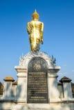 Den gå buddhaen royaltyfri foto