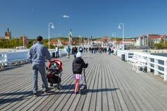 Den gå familjen i Sopot på solig dag för vår royaltyfri foto