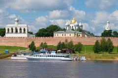 Den gå fartyg`-Sadko `en på den turist- pir mot bakgrunden av den Novgorod Kreml, Ryssland Arkivfoto