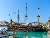 Den Galeone Neptun piratkopierar skeppet i den Genoa Porto Antico Old hamnen, Italien arkivfoto