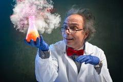 Den galna kemiprofessorn bar ett farligt experiment royaltyfri bild