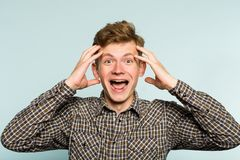 Den galna lyckliga overexcited tokiga sneda bollen för lös man grinar arkivfoton