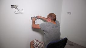 Den galna mannen får elektrisk chock Grabbskaka som rymmer kabel lager videofilmer