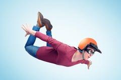 Den galna mannen i röd hjälm flyger i himlen Förklädebegrepp royaltyfria foton