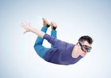 Den galna mannen i skyddsglasögon flyger i himlen Förklädebegrepp arkivfoto