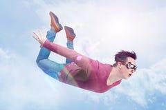 Den galna mannen i skyddsglasögon flyger in i den molniga himlen Förklädebegrepp arkivbild