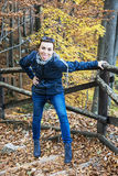 Den galna unga kvinnan gör gyckel i höstskogen som fotvandrar tema Royaltyfri Fotografi