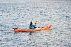 Den Galway spanjorbågen, Irland Juni 2017, floden Corrib, flicka seglar Fotografering för Bildbyråer