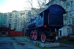 Den gamla ångalokomotivet står på en sockel royaltyfria foton