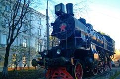 Den gamla ångalokomotivet står på en sockel fotografering för bildbyråer