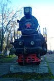 Den gamla ångalokomotivet står på en sockel arkivbilder