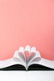 Den gamla öppna inbunden bokboken, sida dekorerar in i en blommaform för förälskelse i valentin` s förälskelse med öppen bokhjärt Royaltyfri Bild