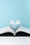 Den gamla öppna inbunden bokboken, sida dekorerar in i en hjärtaform för förälskelse i valentin` s förälskelse med öppen bokhjärt Arkivbild