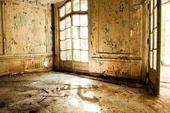Den gamla övergav bondgården av Faberge är solljus broken exponeringsglas Arkivbild