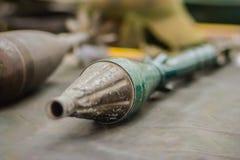 Den gamla anti--behållaren raket-framdrev granaten (RPG), skuldra-avfyrad royaltyfria foton
