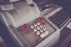 Den gamla antika kassaapparaten och att tillfoga maskiner eller antikviteten beräknar royaltyfria foton