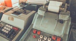 Den gamla antika kassaapparaten och att tillfoga maskiner eller antikviteten beräknar arkivbild