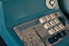 Den gamla antika kassaapparaten och att tillfoga maskiner eller antikviteten beräknar i gammal servicebutik arkivbilder