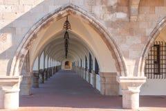 Den gamla antikviteten buktade strukturen som bildar byggnaden av gången Royaltyfria Bilder