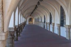 Den gamla antikviteten buktade strukturen som bildar en passage- eller korridorbyggnad Royaltyfri Foto
