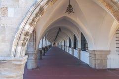 Den gamla antikviteten buktade strukturen som bildar en passage- eller korridorbyggnad Arkivbilder