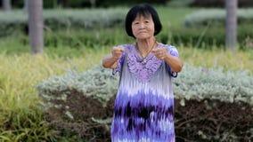 Den gamla asiatiska kvinnamorgonövningen parkerar offentligt arkivfilmer