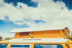 Den gamla australiska camparesk?pbilen i husvagn parkerar royaltyfri foto
