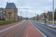Den gamla Bagijnentorenen, sisten återstår av en gammal stadsvägg, i delftfajans, Nederländerna royaltyfria bilder