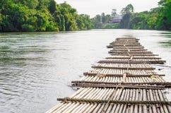 Den gamla bambuflotten svävar på floden i Thailandet royaltyfri bild