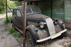 Den gamla bil30-tal bor ut vila av liv i gården royaltyfri foto