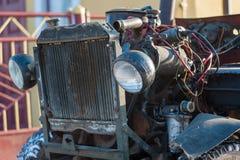 Den gamla bilen behöver reparations- och ledningsnätdiagnostik arkivbild