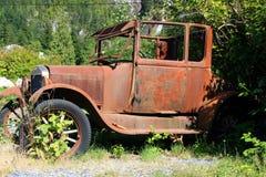 Den gamla bilen får rostig arkivbilder