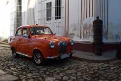 Den gamla bilen i den gamla staden Royaltyfri Fotografi