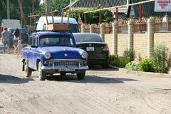 Den gamla bilen Moskvich framför en gammal tabell Royaltyfria Foton