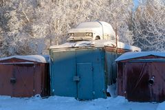 Den gamla bilen täckas med snö arkivfoto