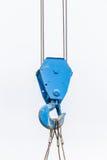 Den gamla blåa lyftande krankroken används i konstruktionsplats på Arkivfoton