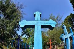 Den gamla blåa ortodoxa kristen korsar i övergiven ukrainsk by fotografering för bildbyråer