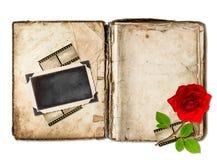 Den gamla boken med åldriga sidor och den röda rosen blommar Royaltyfria Foton