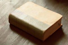Den gamla boken på tabellen Royaltyfri Foto