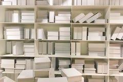 Den gamla bokhandelshowen många gamla böcker på bokhyllan som väntar f Royaltyfria Bilder
