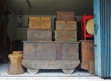 Den gamla bröstkorgkistan som gjordes av trä, sned av trä i Bali Indonesien Fotografering för Bildbyråer
