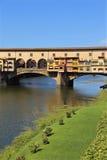 Den gamla bron kallade Ponte Vecchio i Florence Italy över floden Ar Fotografering för Bildbyråer