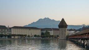 Den gamla bron och tornet i Lucerne centrerar Schweiz Royaltyfri Fotografi