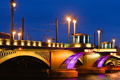 Den gamla bron på natten som är upplyst Fotografering för Bildbyråer