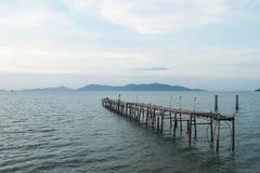 Den gamla bron som fördärvas på havet Royaltyfri Foto